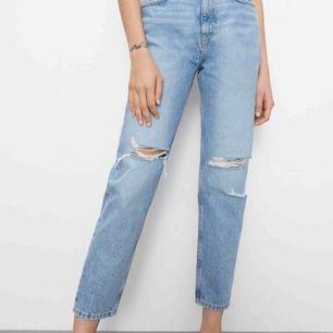 Säljer dessa superfina håliga jeansen från Zara🥰 Köpte för 359 men endast använda 1 gång därav priset. De är lite fint långa på mig som är 160cm men säljer för att jag har många liknande🥰