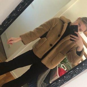 Så mysig och snygg jacka fråb Zara i storlek XS. Sitter snyggt oversized. Knappen längst ner har tyvärr gått av men det är inget man lägger märket till. Köpare står för frakt (63kr) 💖