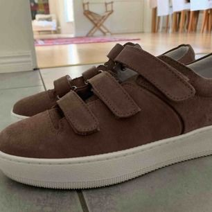 Säljer dessa populära sneakers från Jim Rickey. Sparsamt använda då de är fel storlek för mig. Storlek 40, men små i storlek så skulle säga att de lika väl passar en 39:a. Väldigt fint skick. Orginalpris: 1299kr❤️💜
