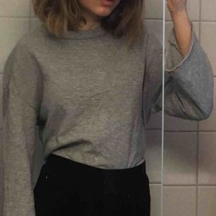 Denna tröja är såå fin men för kort för mig i armarna. De passar både  xs/s. Har ett litet hår i mitten men inget man tänker på:)) Frakt 34kr men kan även mötas upp i Stockholm💞💫❤️