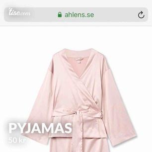 Supersöt pyjamstopp i satin, omlottopp med knytband i midjan. Aldrig använd.