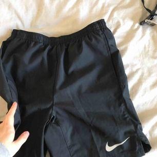 Svarta Nike shorts, aldrig använda endast testade. Nyskick! Får att justera i midjan😍 Frakt tillkommer, betalning sker via swish💕 bara att skicka ett meddelande vid frågor/om du vill ha fler bilder mm🥳 går alltid att pruta
