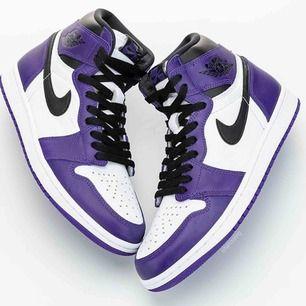 Air jordan 1 retro high OG court purple. Har aldrig användt dom skosnörena är fortfarande oöppnade. Dom är true to size och 25 cm långa. Frakt betalas av köparen. Högsta bud vinner så bud