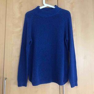 Blå skön tröja med lite högre krage. Perfekt till höst och vinter. Passar S/M om man vill ha lite lösare.