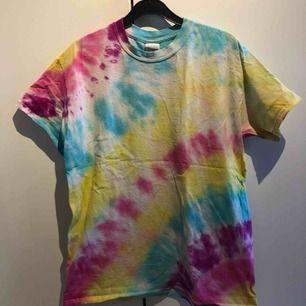 Tie dye t-shirt köpt på beyondretro för ca 1,5 år sen. Knappt använd, frakt tillkommer💙