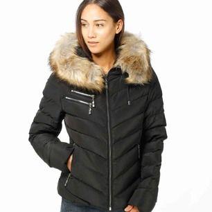 Säljer min Hollies jacka i modellen Chatel. Jackan är svart med silver detaljer. Sparsamt använd, säljer pga använder aldrig Köpt för ca 3000 :- Frakt ingår i priset