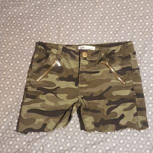 De här ett par shorts med två guldkedja