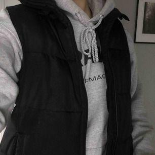 En väst ifrån Sara. Storlek 38 men passar en xs/s/M (jag är s) buda från 50kr Jag står inte för frakten