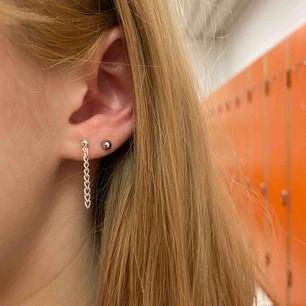 Jättecoola örhängen med en tunn silverkedja🥰 Dom är nickelfria och frakt ingår i priset✨