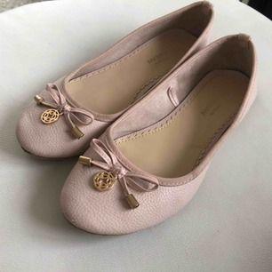 Gammalrosa/ljusrosa ballerinaskor med gulddetaljer i fint skick. Tyvärr har dom blivit för små för mig som har 38 i skor. Lite slitna där bak (se bild 3). Använda i ca 2 månader. 50kr +frakt
