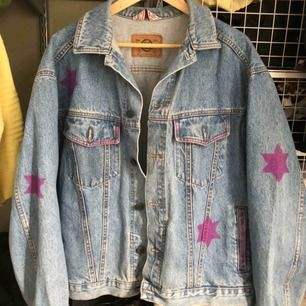 Jeansjacka med rosa stjärnor på. Assnygg till våren💕🦋🦋