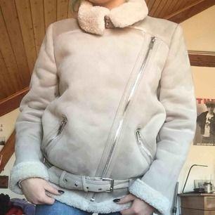 Fin mocka jacka ifrån Zara, köpt för 1000kr.  Använd ett få tal gånger!