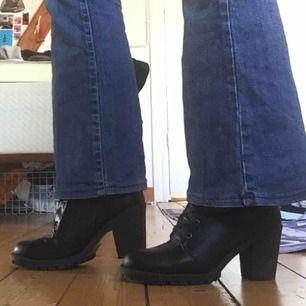 Snygga fake-läder boots.  Ett skavmärke på vänster fot, syns på bild två.  Knappt använda:)
