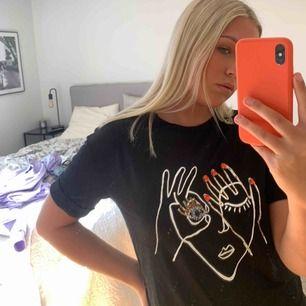 Cool T-shirt från stradivarius. Köparen står för frakten 💗