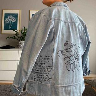 Oversized vintage jeansjacka. Trycket är hemmagjort                                    Buda från 300