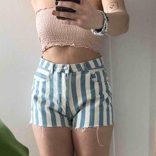 Randiga shorts från Monki köpta förra sommaren💖10/10 skick, aldrig använda utan bara testade hemma 💖Storlek 38, passar perfekt enligt storleken💖Skriv för fler bilder eller info