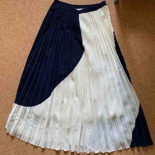 En blå/vit plisserad kjol från H&M. Hur fin och härlig som helst! Med resårband i midjan vilket gör att den säkerligen kan passa fler storlekar än enbart 36. I jättebra skick! Köparen står för frakten.