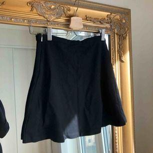 Superklassisk kjol från Mango, knappt användning. Stretchiga i materialet så skulle säga att den även passar S eller en mindre M. Dragkedja i sidan.