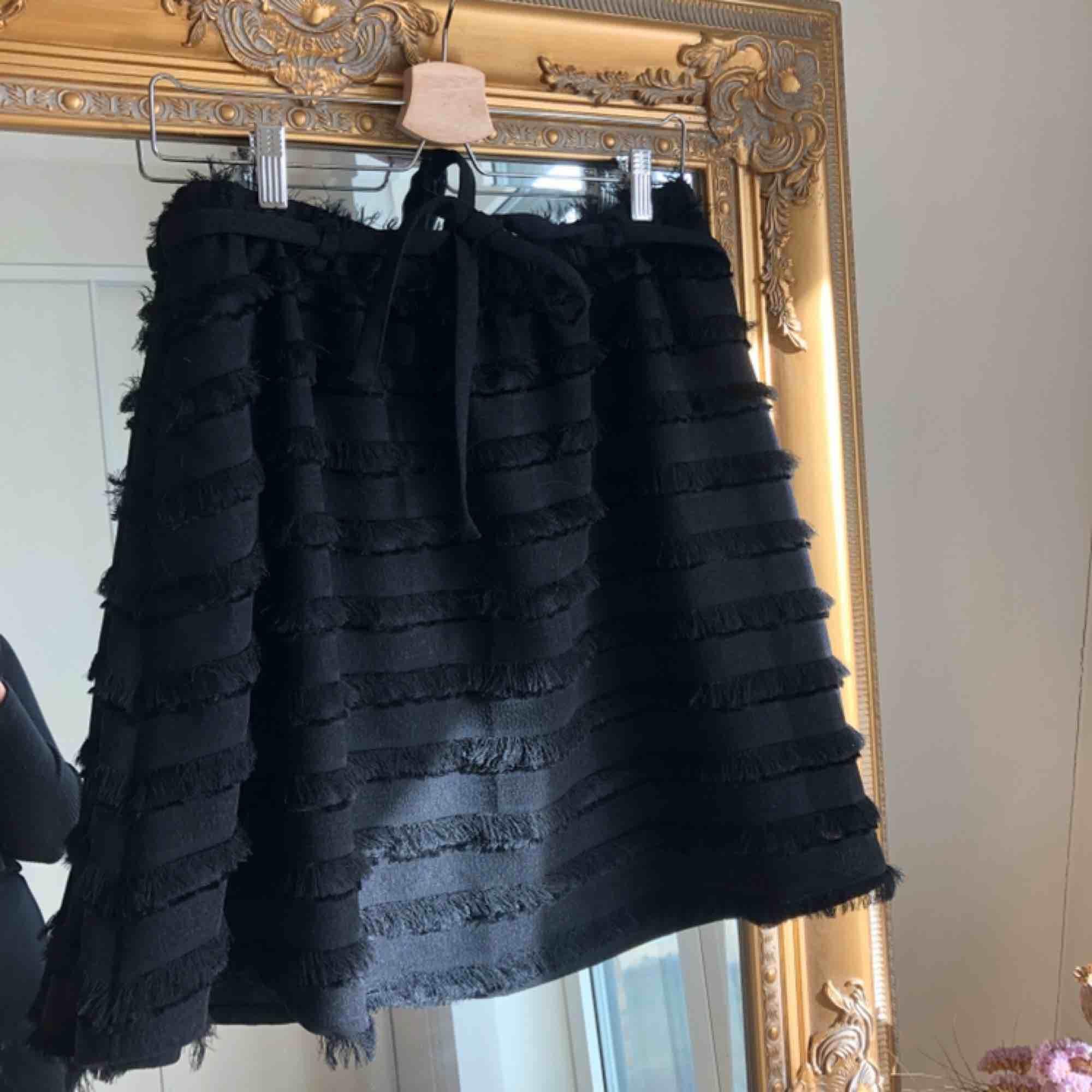 Supersöt oanvänd kjol från H&M men som tyvärr inte kommer till användning. . Kjolar.