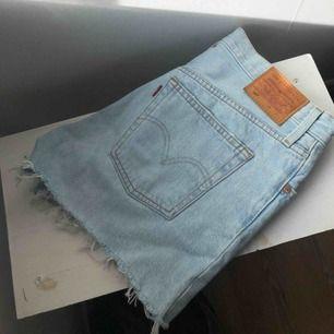 Levi's high waisted 501 shorts. W25 men dem passar mig som är W26. Aldrig använda så helt nyskick! Köpta för 450 kr. Säljs pga att de tyvärr inte kommer till användning. Köparen står för frakt, inga returer och vill ha betalt innan jag skickar😊