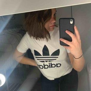 Snygg vit adidas t-shirt! Tjockt och bra materiel, jag har ofta xs/s och denna t-shirt sitter bra på mig. Inte för tajt men inte heller för stor💕☺️