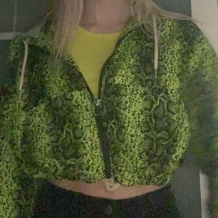 Älskar den här jackan men har tvärr inte användning av den. Aldrig andvänd och köpt i london. Jätte fin och är somsagt ny