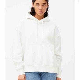 Den vita trendiga hoodien från weekday som inte kommer till andvändning säljer jag nu. Endast andvänd en gång och är därför i prima skick.