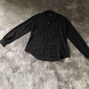 En oversized skjorta från divided hm. Helt oanvänd men har legat i en låda därför skrynklig. Kontakta för mer info