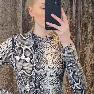 Säljer den trendiga snake tröjan från gina. Använd fåtal gånger så i väldigt fint skick. 70kr + frakt❤️