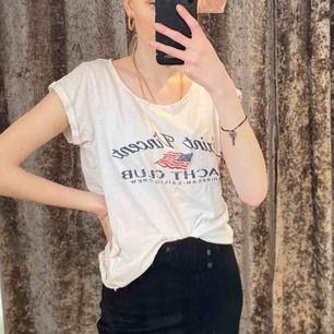 Säljer en tröja köpt från ? Inte alls använd ofta❗️ fint skick och passar både S och M