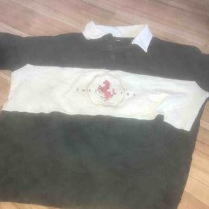 En grön långärmad tröja med en vit mitten och en vit krage. den har storleken M men passar bra till S.