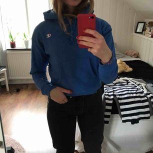 Nästan oanvänd champion hoodie i en cool blå färg