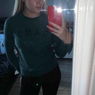 Gant sweatshirt i storlek S och färg mörkgrön, tröjan är använd och tvättad flera gånger men endå fint skick!! Tillkommer frakt på 63kr