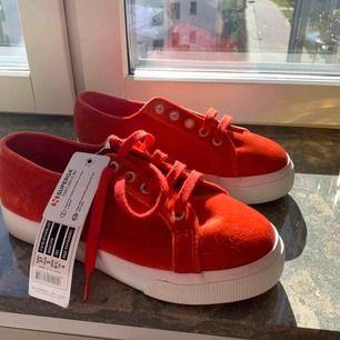Helt nya skor från Superga. Har aldrig använt dom så dom är i mycket bra skick. Köparen står för frakten 💗