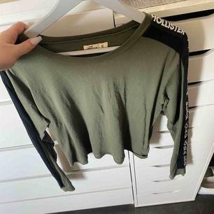 grön hollister kroppad tröja med märket på armarna