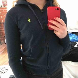 Mörkblå hoodie från Ralph Lauren. I bra men använt skick