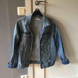 En blå jeans jacka använd några gånger men väldigt bra skick. Köpt på ginatricot