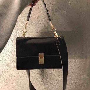 Jätte fin väska från Gina. Men guldiga detaljer. Man kan även ta av axelbanden och välja vilket av dem man vill ha. Köparen står för frakt! Pris kan även diskuteras :)