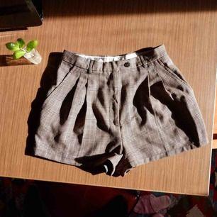 Höga shorts i 100% ull. Rekommenderad kemtvätt men går bra att tvätta i ullprogrammet. Midjan är 72cm i omfång.