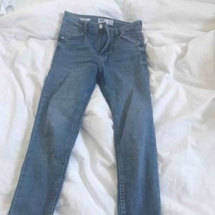 Hej, här säljer jag jeans för 150kr, jag har ändats haft på mig dom en ända gång då jag beställt fel storlek.Med modellen skinny jeans vilket var för små för mig! (Ny pris 300)
