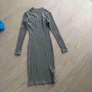 Grå långärmad klänning