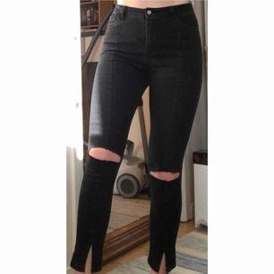 Skitsnygga jeans från NA-KD i strl 38. Söm på framsida lår och slits längst ner. Egenklippta hål och högmidjade. Frakt tillkommer🥰