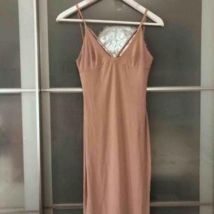 Nude färgad klänning från Nelly. Skulle användas men kom aldrig till användning!