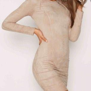 Helt oanvänd klänning från nelly.com , finns inte att köpa längre och jättefin💛 passar nog XS/S eller en liten M