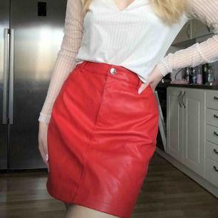 Röd läderkjol!!
