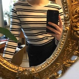 jättefin enkel randig tröja!! passar till allt!! storlek XS men är lite stor på mig så skulle säga att den passar S också! säljer eftersom jag knappt använder den 🖤🤍frakten inkluderad men om köparen vill mötas upp i sthlm går priset att sänka:)