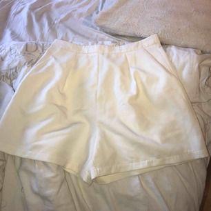 Snygga vita shorts som jag endast har använt en gång, frakt ingår🌸🌺