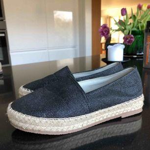 Svarta och glittriga skor i storlek 39! Använt ca 2 gånger