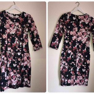 En blommig klänning, endast provad och sedan bara hängt i garderoben. Läs bio!