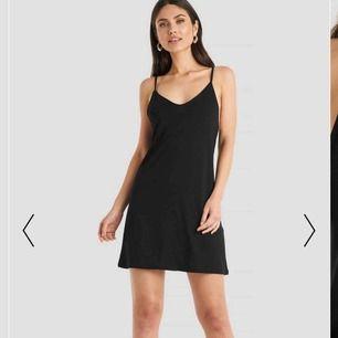 Säljer denna svarta klänning ifrån NAKD då den inte är min stil!, använd en gång💓 ordinariepris=300kr